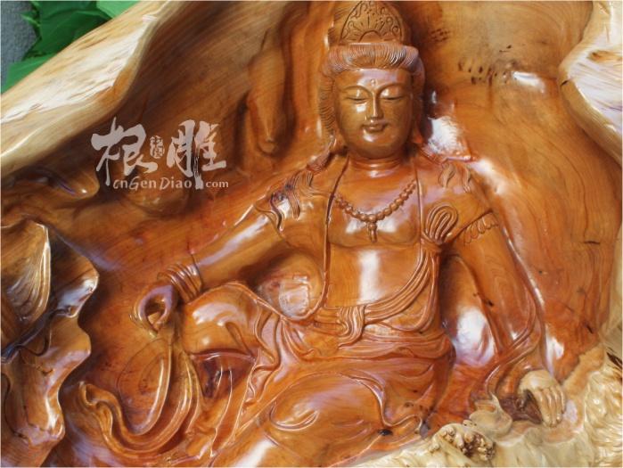 中国根雕最新根雕欣赏-红豆杉树瘤木雕自在观音! 作品选自百年红豆杉树瘤,比较少见,尺寸75*28*62厘米,整个作品突出女形特征,线条匀称而充满韵律,肌肤细腻丰满,总体构成优美的曲线造型。坐像清秀可人,仪态万方,艳美而不妖冶,充分体现出中国造像的含蓄之美。(中国根雕投稿、洽谈私人微信号:mugendiao) 红豆杉树瘤木雕自在观音特写: